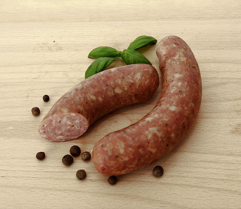 kiełbasa grillowa wędzona nieparzonaz mięsa wieprzowego z szynki i łopatki, w naturalnej osłonce, wędzona, nie parzona, dzięki temu w czasie grilowania nabiera wspaniałego smaku. nadaje się też z wody, lub z patelni z cebulką.